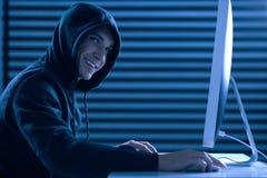 Счастливая мужская игра отделкой gamer стоковые фото