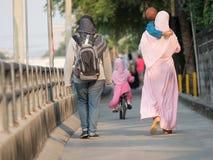 счастливая мусульманская девушка с полным hijab в розовом платье стоковые фотографии rf