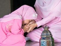 счастливая мусульманская девушка с полным hijab в розовом платье стоковое изображение rf