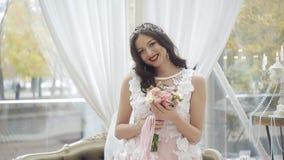 Счастливая невеста в платье свадьбы завихряется в танце с ее букетом свадьбы Маленькая девочка в красивом розовом платье сток-видео