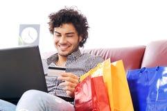 счастливая он-лайн покупка Стоковое Фото