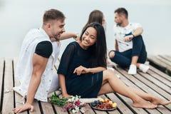 Счастливая пара имеет потеху отдыхая рекой стоковые изображения rf