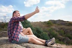 Счастливая пара молодых туристов делает фото selfie в природе Отключение лета с полюбленное одним Selfie горы в лете Стоковая Фотография RF