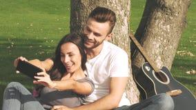 Счастливая пара принимает фото selfie сток-видео