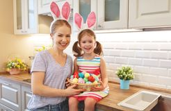 Счастливая пасха! мать семьи и дочь ребенка с ge зайцев ушей Стоковая Фотография