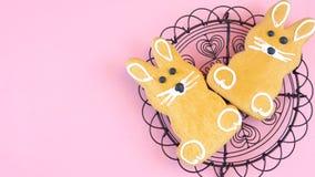 Счастливая пасха надземная с печеньями зайчика пасхи и украшениями и космосом экземпляра Стоковая Фотография RF