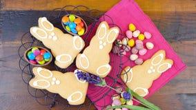 Счастливая пасха надземная с печеньями и украшениями зайчика пасхи Стоковое Изображение RF