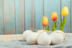 Счастливая пасха, органические пасхальные яйца ждет красить, украшения праздника пасхи, предпосылки концепции пасхи с космосом эк Стоковые Изображения RF