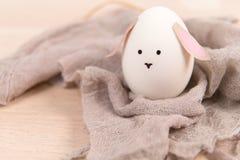 Счастливая пасха, пасхальное яйцо милого зайчика органическое, украшения праздника пасхи, предпосылки концепции пасхи с космосом  Стоковая Фотография RF