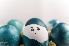 Счастливая пасха, пасхальные яйца милого мальчика органические, крася сторона на яичке, украшениях праздника пасхи, предпосылках  Стоковые Изображения