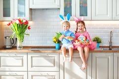 Счастливая пасха! смешные смешные дети l при зайцы ушей получая rea Стоковое Изображение RF