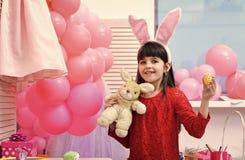 Счастливая пасха с малыми яичками краски девушки Стоковые Фото