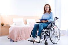 Счастливая поврежденная женщина работая дома Стоковые Фотографии RF