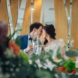 Счастливая пожененная пара смеется над на свадьбе стоковые фото