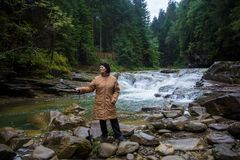 Счастливая пожилая женщина наслаждаясь около потока горы Стоковые Фото