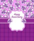 Счастливая поздравительная открытка годовщины в пурпуре преобладает цвет Стоковое Фото
