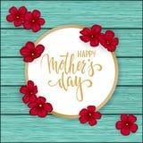 Счастливая поздравительная открытка дня матери s с маргариткой цветков красной на голубом деревянном столе Нарисованная рукой лит Стоковое фото RF