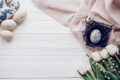Счастливая поздравительная открытка пасхи стильное пасхальное яйцо с флористическим ornam Стоковое фото RF