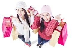 Счастливая покупка зимы при изолированные друзья - Стоковое фото RF