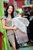 Счастливая покупка шикарной женщины в магазине одежды Стоковые Изображения RF