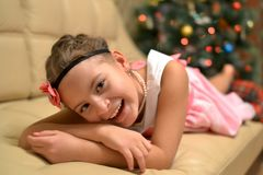 Счастливая предназначенная для подростков девушка около украшенной рождественской елки стоковое фото