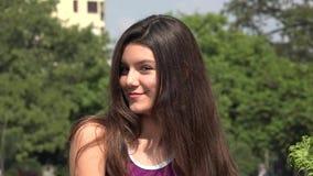 Счастливая предназначенная для подростков девушка с длинными волосами видеоматериал