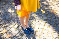 Счастливая предназначенная для подростков девушка с желтой улыбкой лист во время идти на парк осени Концепция падения Стоковое Изображение