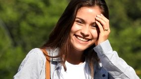 Счастливая предназначенная для подростков испанская девушка сток-видео