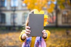 Счастливая предназначенная для подростков улыбка девушки во время идти на парк осени Концепция падения Стоковая Фотография