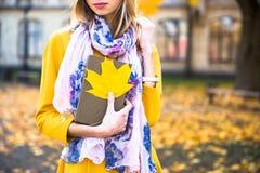 Счастливая предназначенная для подростков улыбка девушки во время идти на парк осени Концепция падения Стоковая Фотография RF