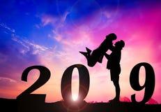 Счастливая предпосылка захода солнца силуэта Нового Года Женщина положения и подъема человека стоковая фотография rf