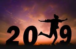 Счастливая предпосылка захода солнца силуэта Нового Года Она слово 1 положения и скачки вместо стоковая фотография rf