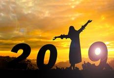 Счастливая предпосылка захода солнца силуэта Нового Года Она положения слово 1 вместо стоковые фото