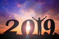 Счастливая предпосылка захода солнца силуэта Нового Года Человек стоя вместо слово 1 стоковые изображения rf