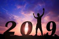 Счастливая предпосылка захода солнца силуэта Нового Года Человек стоя вместо слово 1 стоковое изображение rf