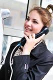 счастливая публика говоря предназначенный для подростков телефон Стоковые Изображения RF