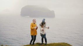 Счастливая путешествуя женщина 2 танцуя сумасшедший танец на береге м акции видеоматериалы
