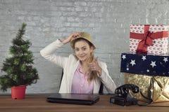 Счастливая секретарша одаренная с настоящими моментами на праздники, большими пальцами руки вверх стоковые фото