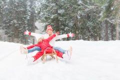Счастливая семья внешняя в зиме стоковые изображения rf