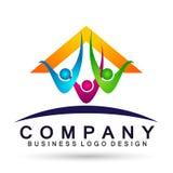 Счастливая семья в домашних детях родителя логотипа соединения дома любит вектор дизайна значка символа заботы воспитания на бело иллюстрация штока