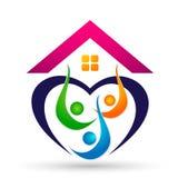 Счастливая семья в домашних детях родителя логотипа соединения дома любит вектор дизайна значка символа заботы воспитания на бело бесплатная иллюстрация