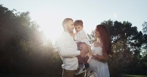 Счастливая семья в 3 Жена беременна Zimbind и радостно как счастливая семья Красная эпопея Замедленные движения видеоматериал