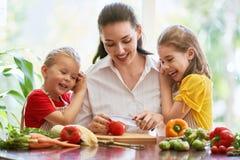 Счастливая семья в кухне Стоковая Фотография