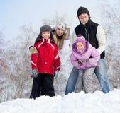 Счастливая семья в парке зимы Стоковые Фото