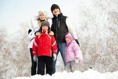 Счастливая семья в парке зимы Стоковые Изображения RF