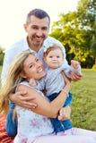 Счастливая семья в парке в лете стоковые фото