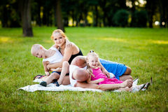 Счастливая семья в парке стоковое изображение rf