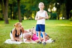 Счастливая семья в парке стоковая фотография rf
