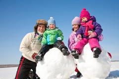 Счастливая семья делая снеговик Стоковое Изображение RF