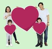 Счастливая семья держа значки сердца стоковая фотография rf